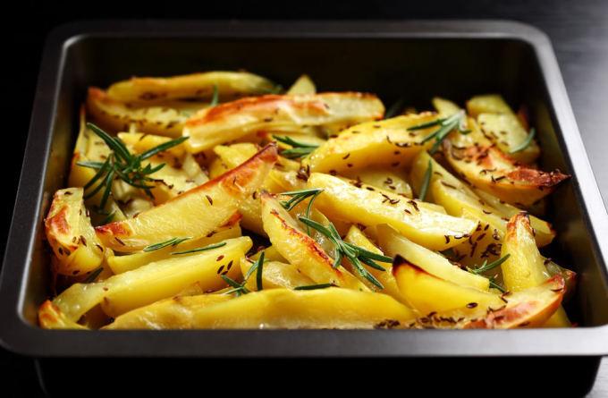 Fotolia nuotr./Orkaitėje keptos bulvės