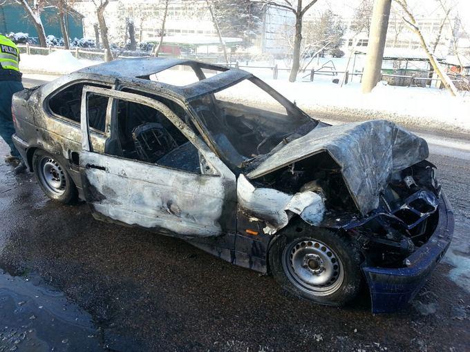 Eriko Ovčarenko/15min.lt nuotr./Kaune sudegė automobilis BMW