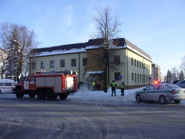 Anonimas pranešė, kad Kelmės rajono apylinkės teismo rūsyje yra padėtas sprogmuo.
