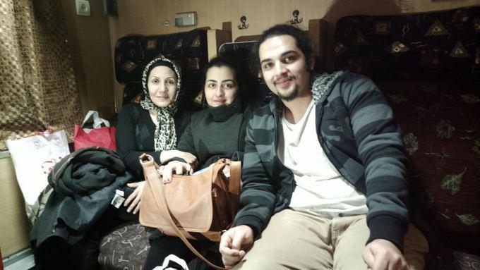 Be sienų nuotr./Maloni iraničių aeimyna traukinyje į Iraną