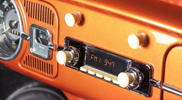 """RetroSound Model Two"" radijo imtuvas ""Volkswagen Beetle"" automobilyje"