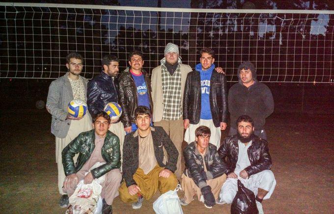 Be sienų nuotr./Tinklinis su Herato jaunimu. Paulius neatsigynė autografų praaytojų