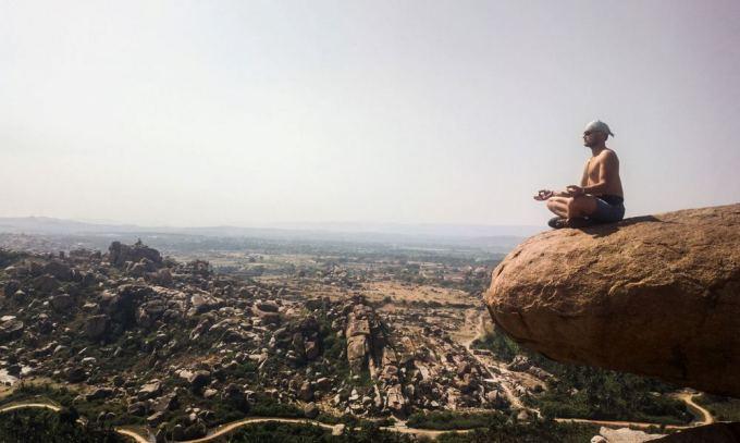 Be sienų nuotr./Paulius medituoja Indijoje