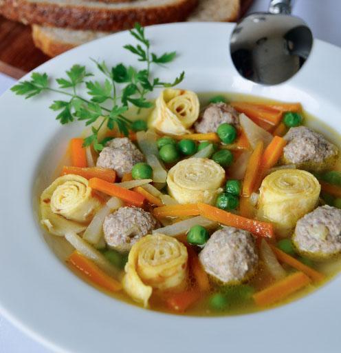 Morkų sriuba su lietinių ritinėliais