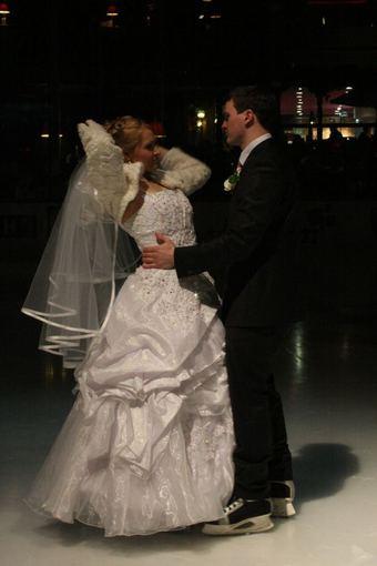 Aurelijos Kripaitės/15min.lt nuotr./Jaunavedžiai vestuvių dieną pramogavo čiuoždami.