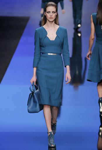 Scanpix nuotr. / Libaniečių dizainerio Elie Saabo rudens/žiemos 2013/2014 kolekcijoje pristatė suknelę su originalia apykakle. Paryžiaus mados savaitė.