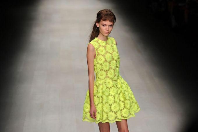 Scanpix nuotr. / Simone Rocha kolekcijos modelis Londono mados savaitėje.