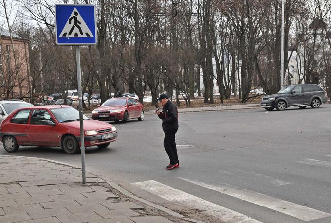 Algimanto Brazaičio nuotr./Iaskirtinį einu, kaip noriu atvejį pademonstravo vienas pėsčiasis Kaune, kuris gatvę kirto tik vidury perėjos užsidegęs pypkę!