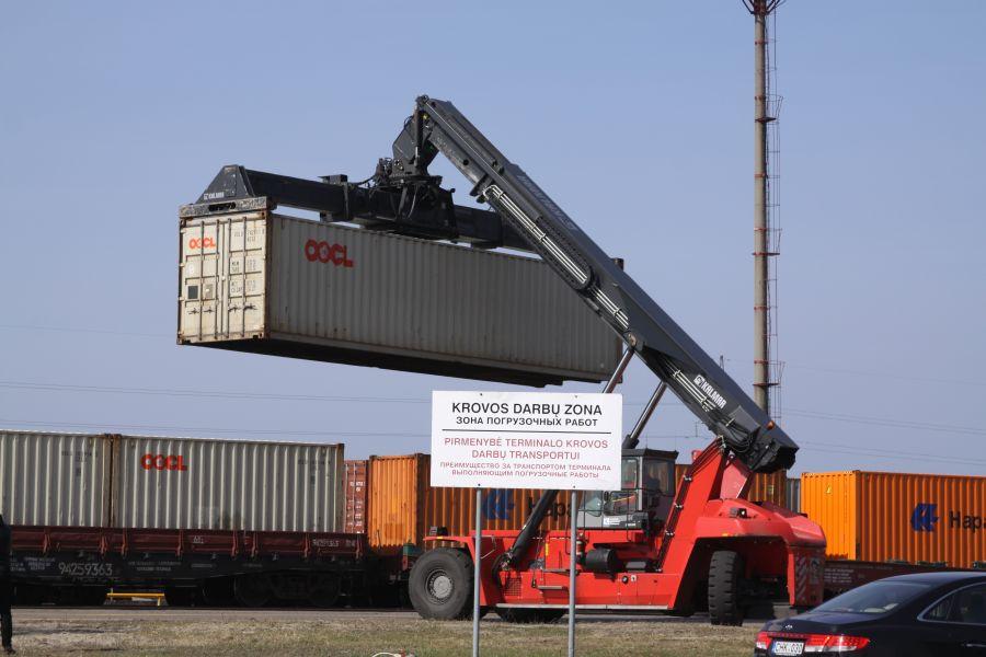 """Bendrovė """"Klaipėdos konteinerių terminalas"""" iki šiol geležinkelių konteinerius krovė specialiu keltuvu."""