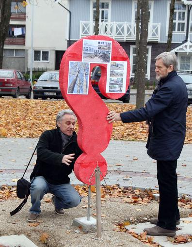 Romo Sadausko nuotr./G.Žilys (deainėje) ir Legendos autorius A.Balkė aalia visuomenininkų pastatytos palaikymo skulptūros, kurią, kaip ir Legendą, Druskininkų valdžia nugriovė.