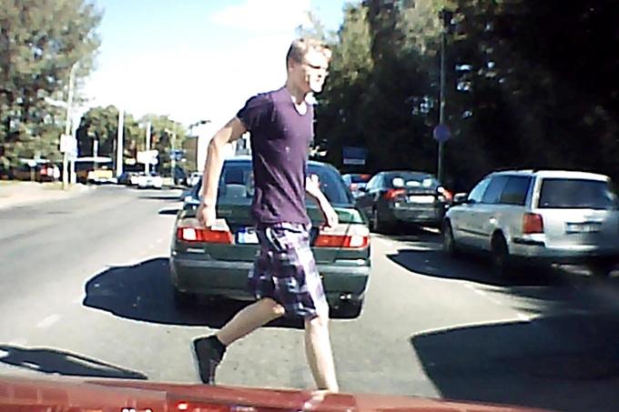 Vyriškis gatvę kerta neleistinoje vietoje