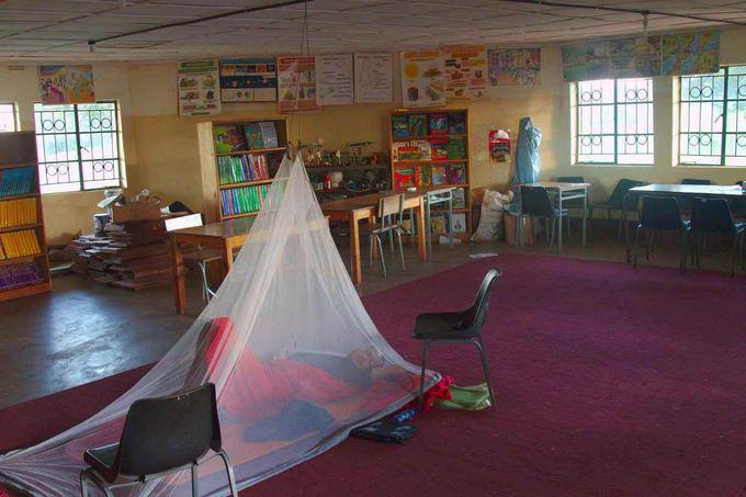 Evelinos ir Karolio nuotr./Naktis mokyklos bibliotekoje. Pietų ir Centrinėje Amerikoje miegodavom aalia degalinių, o čia mokyklos kiekviename kaimelyje, tad visada esame maloniai priimami.