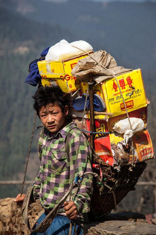 Nepalo šerpai traukiasi iš šių metų kopimo į Everestą sezono ...