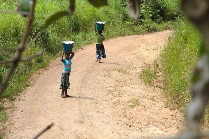 Evelinos ir Karolio nuotr./Smalsios moterys neaančios skalbinius. Neįtikėtina kiek ir ko jos gali paneati ant savo galvų - nuo maiao apelsinų iki ilgų ilgų lentų namui.