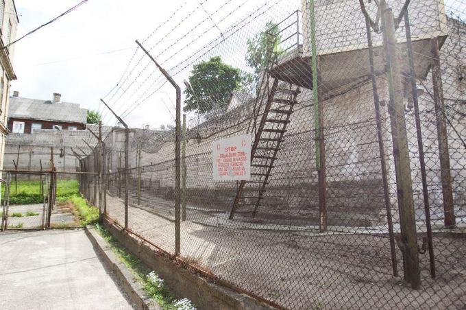 В тюрьме сотня заключенных пользуется одним шприцом.