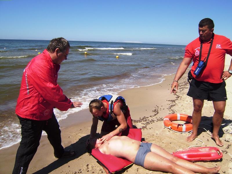 Palangos gelbėtojai paplūdimyje mokė, kaip elgtis vandenyje, kai iškyla pavojus.