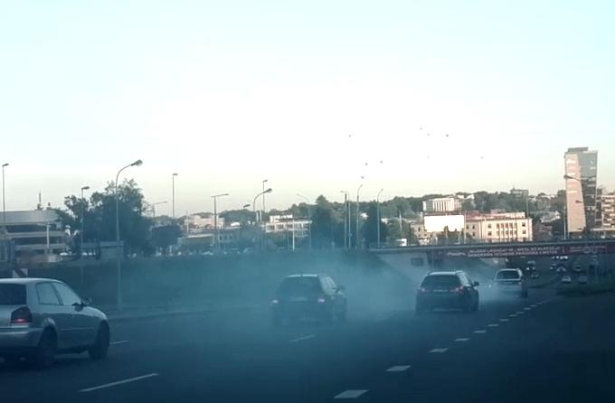 Kadras iš filmuotos medžiagos/Pagal išmetamųjų dujų kiekį kitas transporto priemones akivaizdžiai lenkiantis automobilis