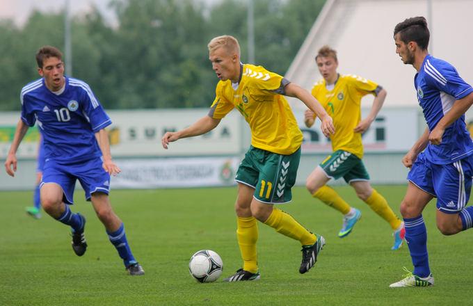 V.Knyzelio/LFF nuotr./Rinktinės žaidimo organizatorius O.Verbickas (su kamuoliu) nori surasti komandą, kurioje galėtų žaisti vyrų futbolą.