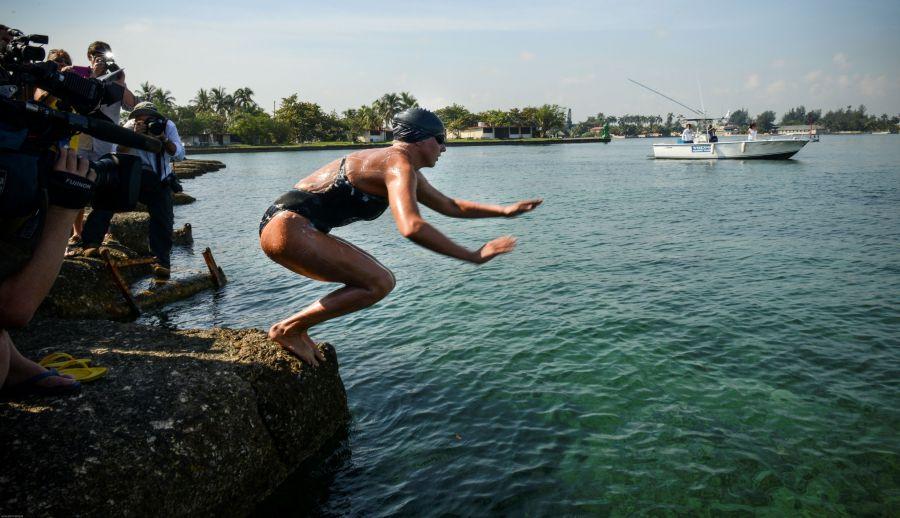 Chloe McCardel neria į vandenį Havanos prieplaukoje.