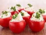 Shutterstock nuotr. / Krabais ir lęaiais įdaryti pomidorai