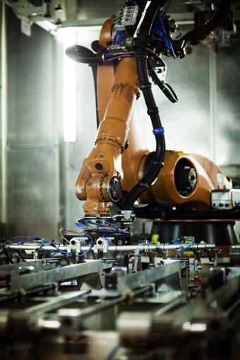 Volvo Trucks nuotr./Daugiau nei 300 robotų padeda gaminti sunkvežimį ir pagerina gamybos efektyvumą. Automatika taip pat garantuoja, kad kiekvienas sunkvežimis pasižymi ta pačia aukata kokybe.