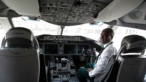 Что видит пилот при посадке в жуткий ливень?