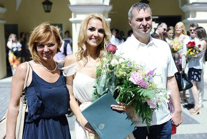 Indrės Kavaliauskaitės diplomų teikimų akimirka