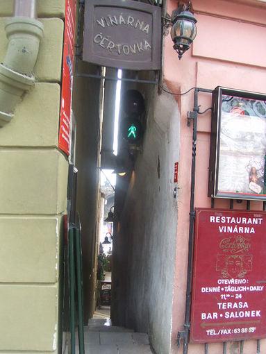 Wikimedia.org nuotr./Siauriausia Prahos gatvė – vos 70 cm pločio