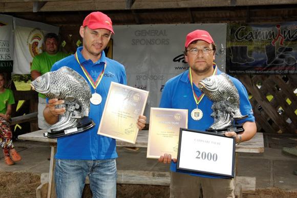 """Komandai """"Paliūtis"""" pergalė Pykaičiuose – asmeninis rekordas: Valerijui Belous (kairėje) ir Vilmantui Andzulevičiui pavyko sugauti beveik toną karpių"""