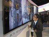 Štai taip technologijų parodose apžiūrinėjami 4K televizoriai. Nes atsitraukus toliau įvertinti jų raišką yra praktiškai neįmanoma.