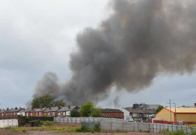 Didžiosios Britanijos atliekų perdirbimo įmonėje kilo didžiulis gaisras