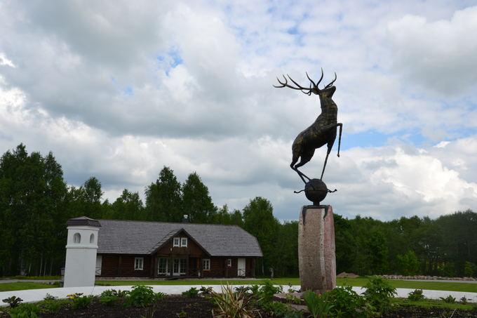 M.Jankutės nuotr./Sodybą puoaianti elnio skulptūra