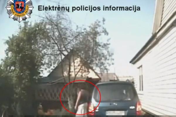 Pareigūnai du sykius mėgino bendrauti su vienatūrio vairuotoja (nuotr.), tačiau abu kartus liko nesuprasti.