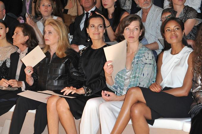 Giorgio Armani mados namų/SGP ITALIA nuotr./Giorgio Armani Prive kolekcijos Paryžiuje pristatymo pirmosios eilės vieanios: Catherine Deneuve, dukterėčia Roberta Armani, Milla Jovovitch, Naomi Harris