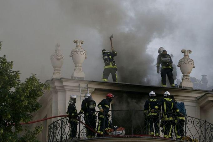 AFP/Scanpix nuotr./Paryžiuje užsidegė istoriniai rūmai.