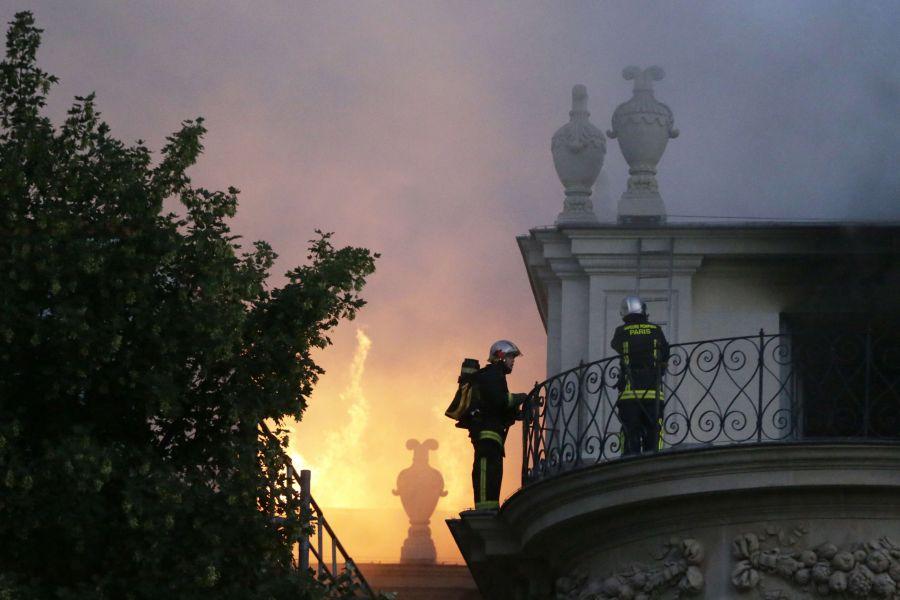 Paryžiuje užsidegė istoriniai rūmai.