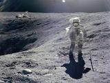 """NASA nuotr./""""Apollo 16"""" misijos astronautas Charlesas Duke'as renka uolienų pavyzdžius moksliniams tyrimams"""