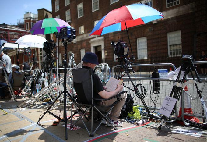 Žurnalistai budi prie ligoninės, kurioje gimdys Kembridžo hercogienė Catherine