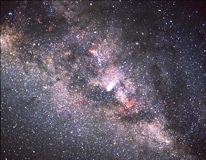 NASA nuotr./Koiperio oro observatorijoje padayrta Halio kometos, esančios prieš Paukščių tako galaktikos diską, nuotrauka