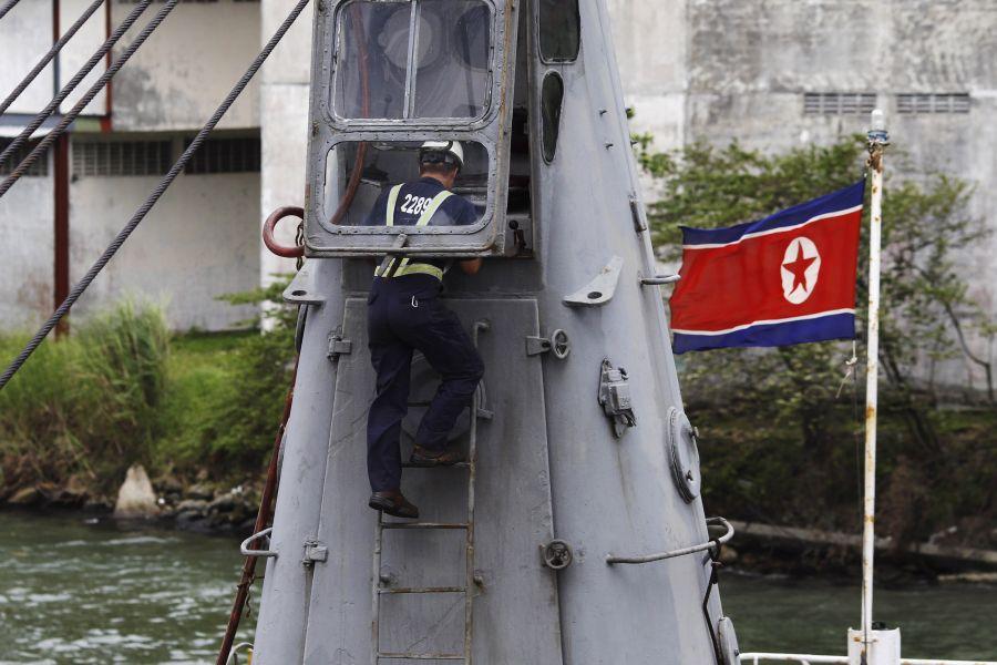 Sulaikytame Šiaurės Korėjos laive aptikta ginklų kontrabanda