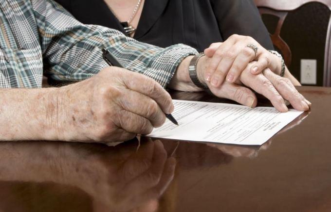 123rf nuotr./Pagyvenęs žmogus pasirašo sutartį