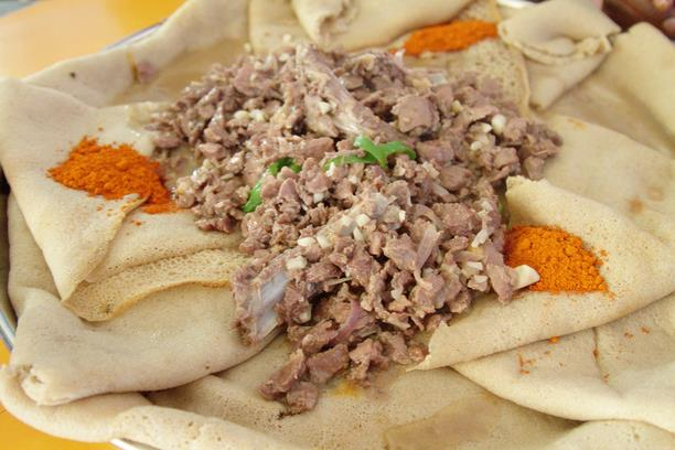 Evelinos ir Karolio nuotr./Ndžera, paprastai tariant, yra didelis minkštas rūgštus blynas, kuris plėšomas ir naudojamas imant kitą maistą – mėsą, pupeles ar salotas.