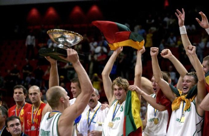"""""""Scanpix"""" nuotr./Lietuvos krepšinio rinktinės triumfas 2003 m. Europos čempionate"""