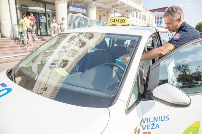 Vilniaus m. saviv. nuotr./Savivaldybės darbuotojai tvirtina tikrinantis ir savo įmonės taksistus.