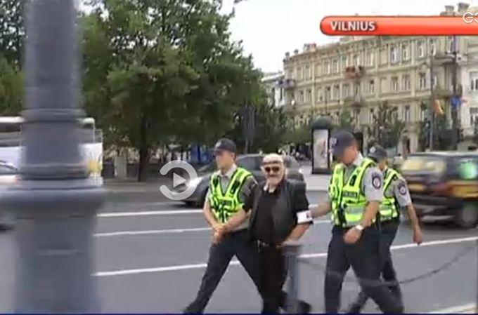 Kadras ia LNK Žinių/Vytautas `ustauskas gėjų eitynių vietoje