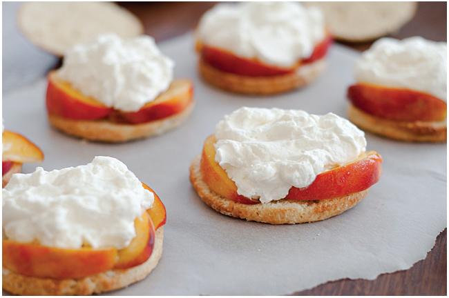 """Astos Černės nuotr. / Gaminant persikų pyragėlius """"shortcake"""""""