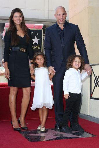 """AFP/""""Scanpix"""" nuotr./Vinas Dieselis su mylimąja Paloma Jiminez ir vaikais"""