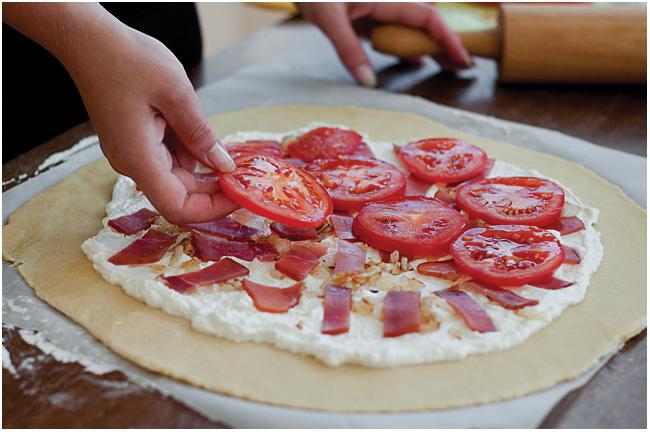 Astos Černės nuotr. / Gaminant pomidorų, kumpio ir sūrio galetą