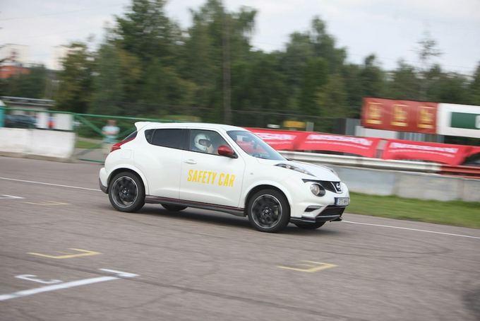 (Algirdo Venskaus nuotr.)/Saugos automobilis dirba svarbų darbą Bikernieki trasoje Latvijoje