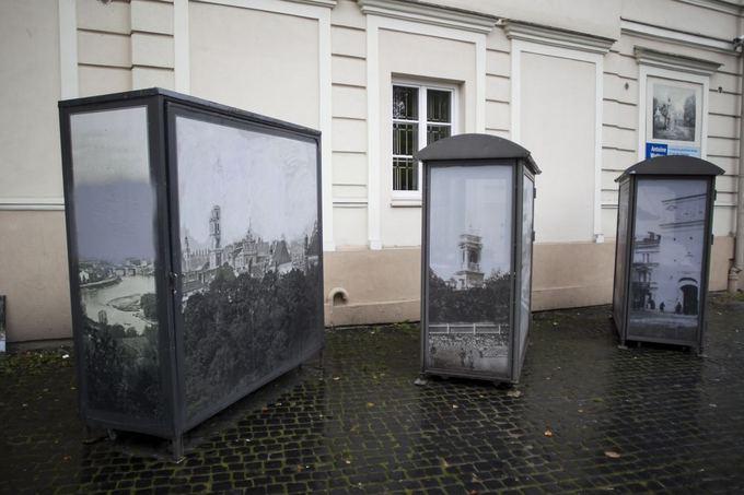 Trys kioskai atsidūrė aalia vietos, kur pardavinėjami paveikslai.